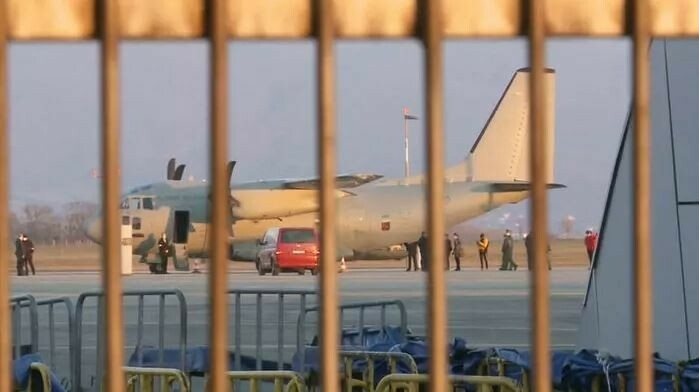 Разгрузка самолета с российской вакциной в аэропорту г. Кошице